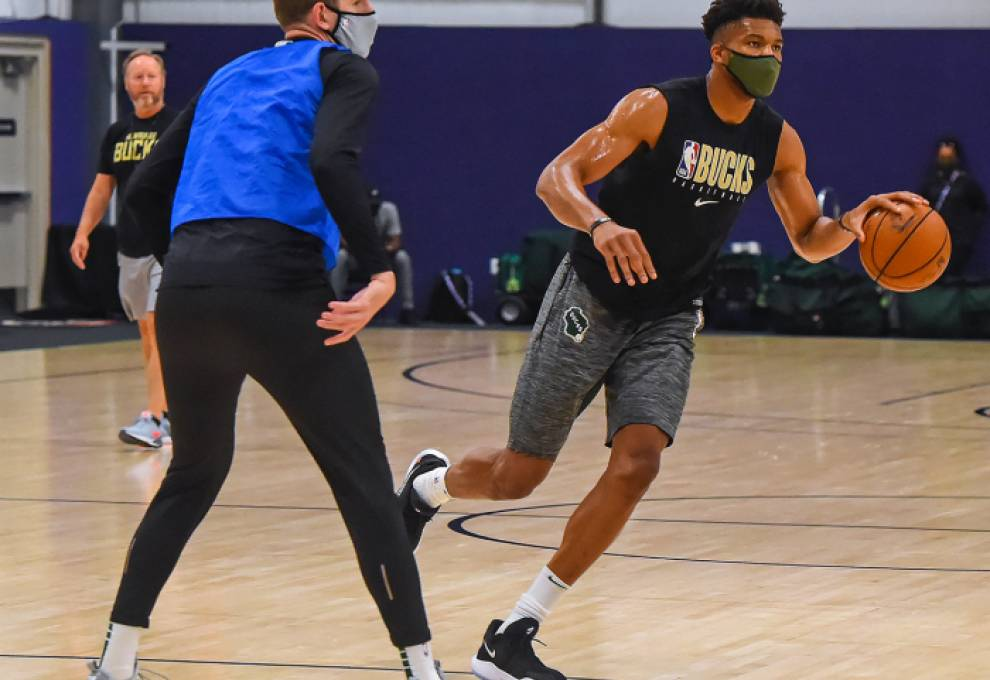 Giannas Antetokounmpo wearing a mask during practice.